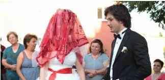 Evlenme sosyal bir olgu iken bireylerin evlenmesi sosyal olaya örnektir.